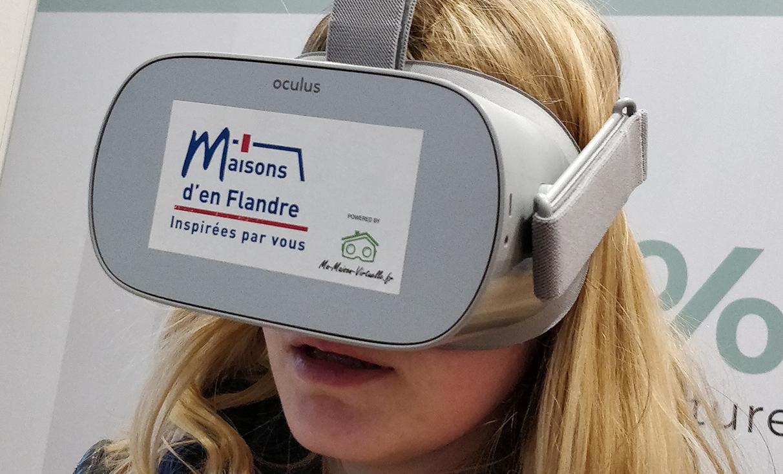 Femme essayant le casque de réalité virtuelle et Ma Maison Virtuelle
